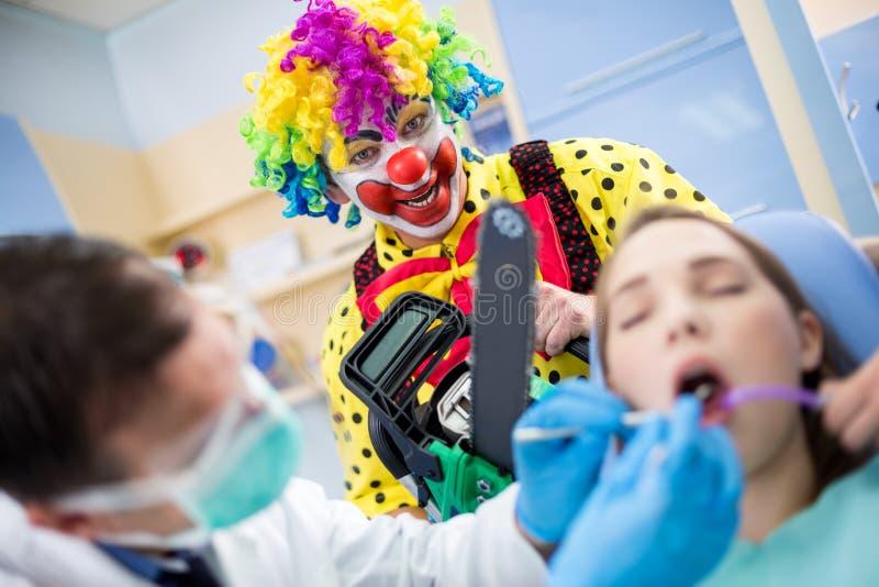 Galen clown med chainsawen royaltyfria foton