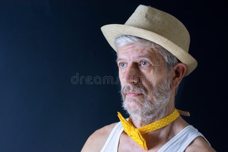 Galen hög man med en hatt och en fluga royaltyfri bild