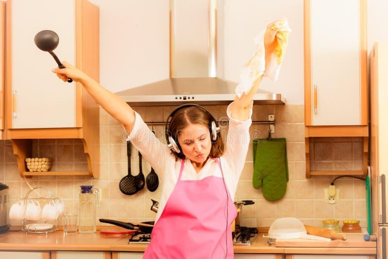 Galen hemmafrukock i kök fotografering för bildbyråer