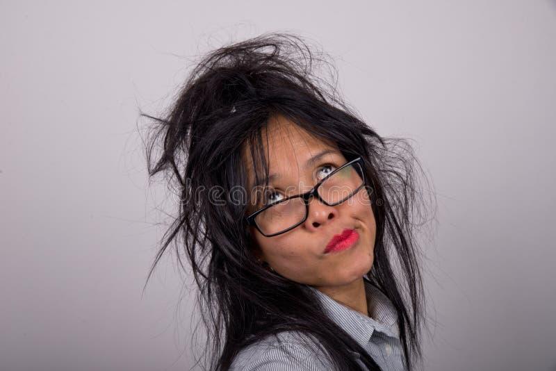 Galen kvinna med rufsat hår fotografering för bildbyråer