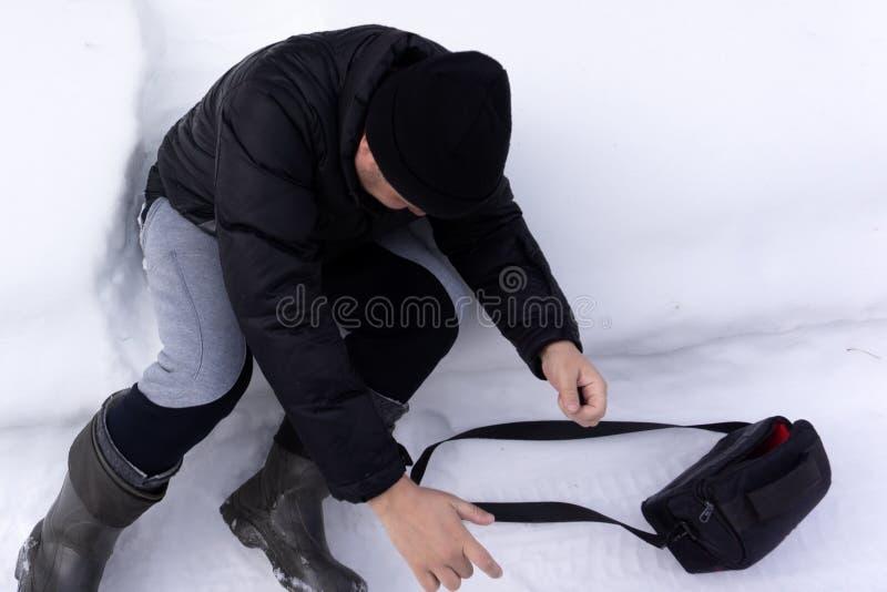 Galen man i vinter Dåraktigt gladlynt skratta för pojke Snö täckt man fryst framsida Udda bisarr rolig ovanlig vuxen person i exp royaltyfria foton