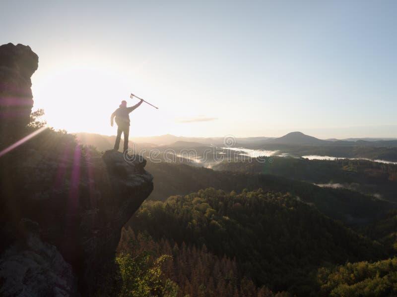 Galen man på kanten Oförskräckt fotvandrare på klippan ovanför det djupa hålet arkivfoton