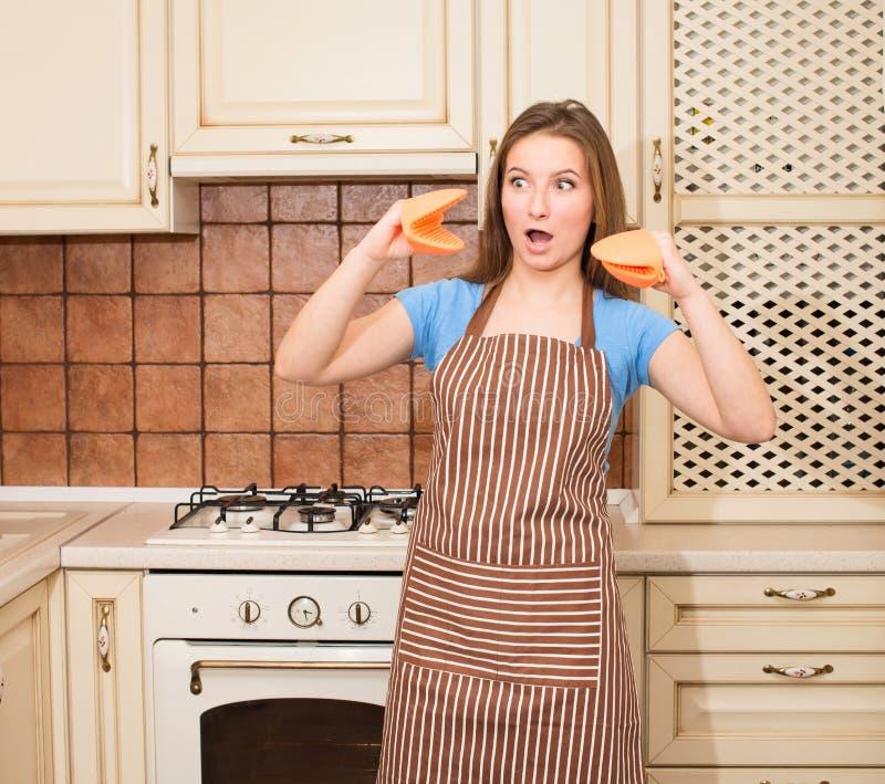 Galen stekhet matlagningkvinna som har gyckel i hennes kök som ler che arkivfoto