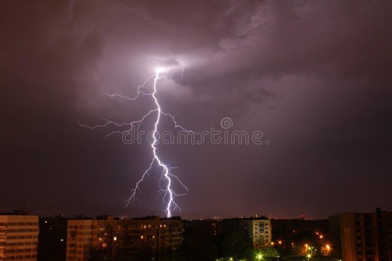Galen storm på svart himmelbakgrund i regn fotografering för bildbyråer