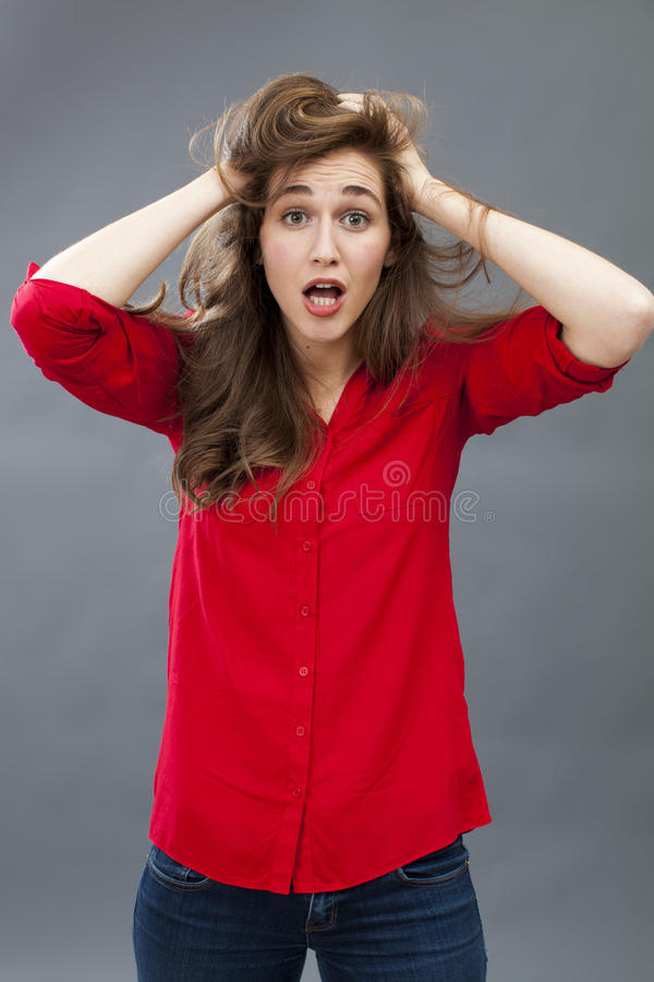Galen 20-talflicka som upp rör till hennes hår för överraskning arkivbilder
