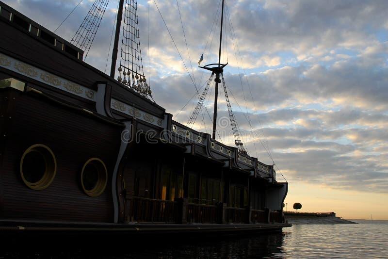 Download Galeon Amarré Sans Voile Sur Le Mât Sur La Surface De L'eau Dans La Baie De Mer Image stock - Image du navigation, pirates: 77156897