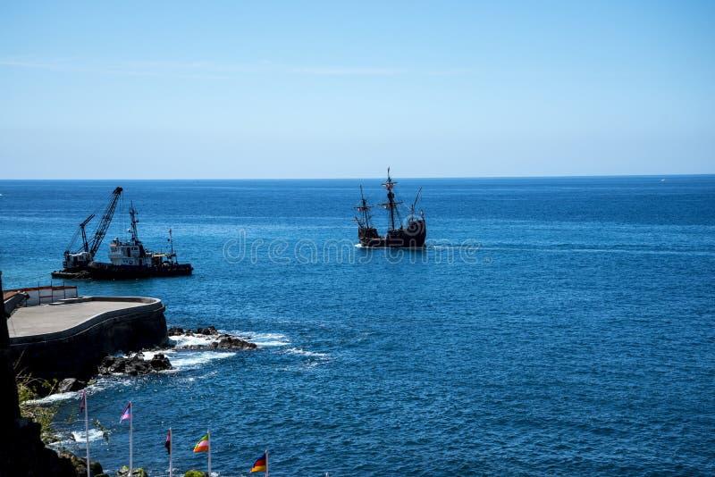 Galeon z Camara De Lobos jest wioską rybacką blisko miasta Funchal i niektóre wysokie falezy w świacie obrazy stock