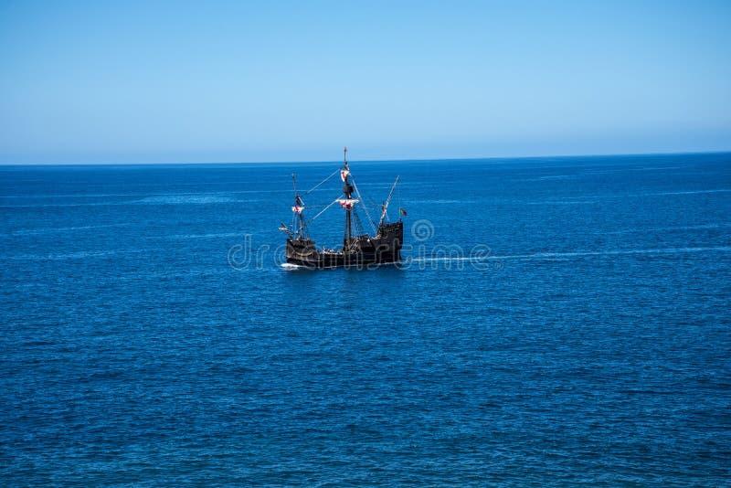 Galeon z Camara De Lobos jest wioską rybacką blisko miasta Funchal i niektóre wysokie falezy w świacie obraz royalty free