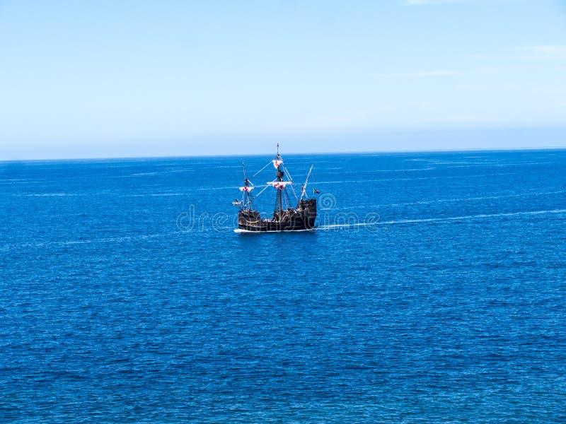 Galeon z Camara De Lobos wioska rybacka blisko miasta Funchal i niektóre wysokie falezy w świacie obraz stock