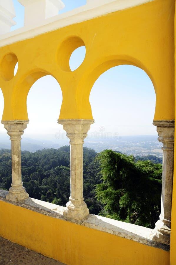 Galería arqueada - palacio nacional de Pena - bosque de Sintra fotos de archivo