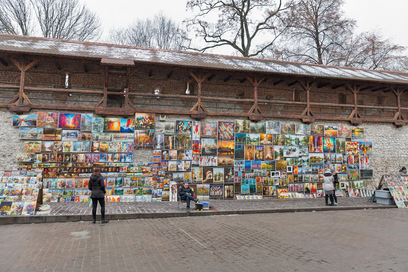 Galería de imágenes del arte con las paredes medievales en la ciudad vieja de Kraków, Polonia foto de archivo libre de regalías