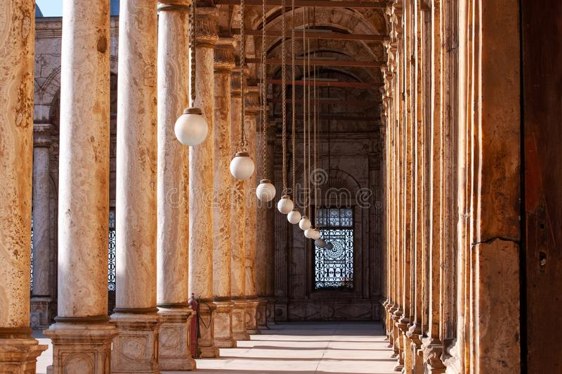Galer?a de la mezquita de Mohammad Ali en El Cairo, detalles de la arquitectura, columna y l?mparas fotos de archivo