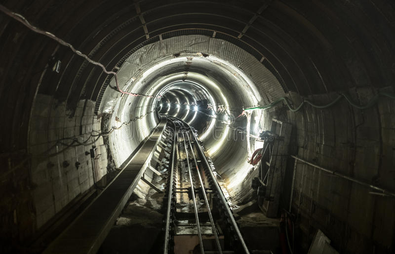 Galería del túnel del hoyo de la mina subterránea con las vías de trabajo fotos de archivo libres de regalías