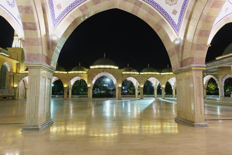 Galería del verano y el cuadrado de una de las mezquitas más grandes del mundo - el corazón de la mezquita de Chechenia Una atrac fotografía de archivo libre de regalías