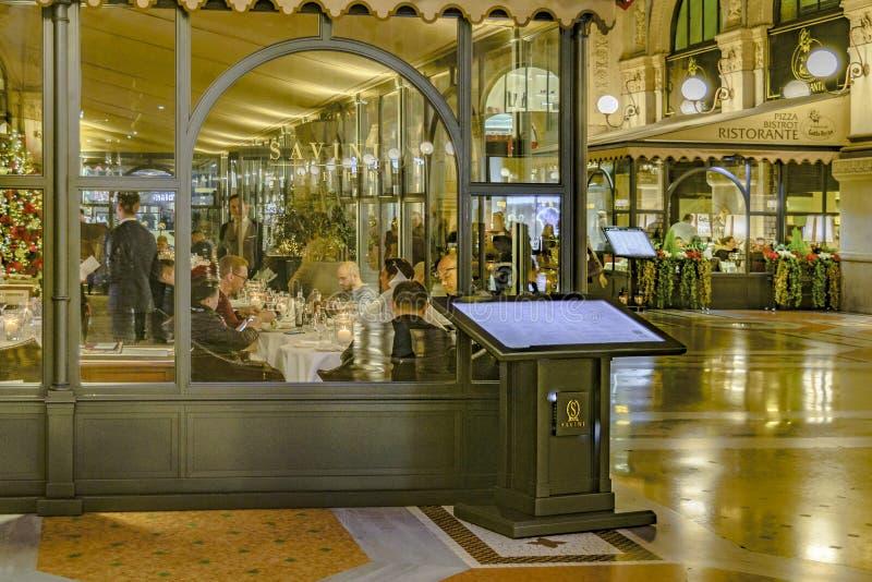 Galería en la noche, Milano de Vittorio Manuel II imagen de archivo