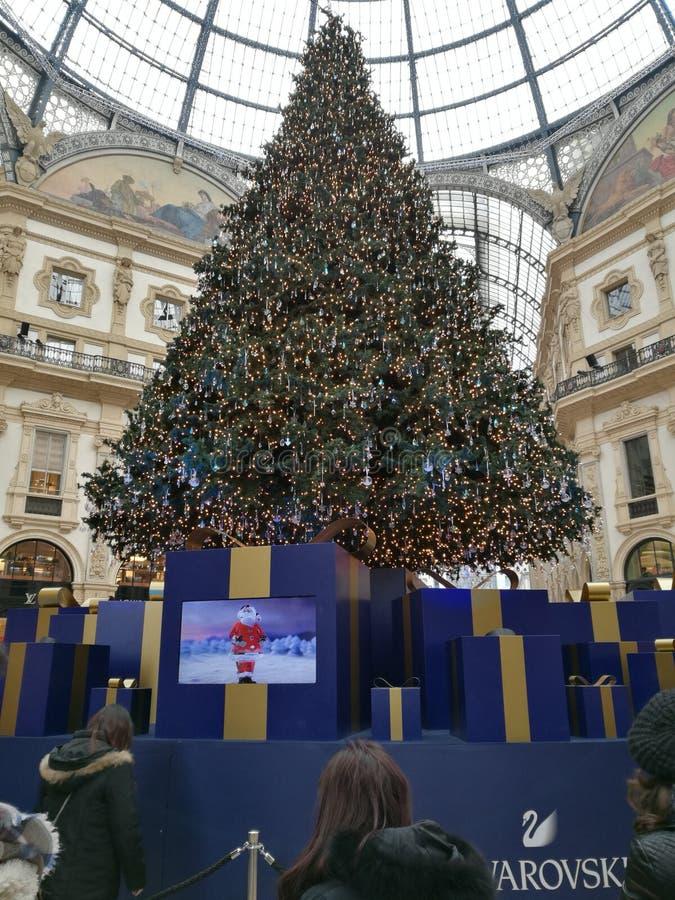 Galería Milán del árbol de navidad de Swarovski imagenes de archivo