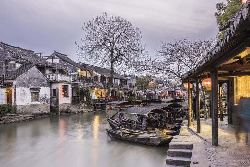 Galería y barco de Misty Rain con el toldo negro en la noche foto de archivo libre de regalías