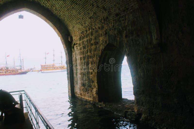 Galerías y cuartos arqueados dentro del astillero antiguo Alanya, Turquía fotos de archivo