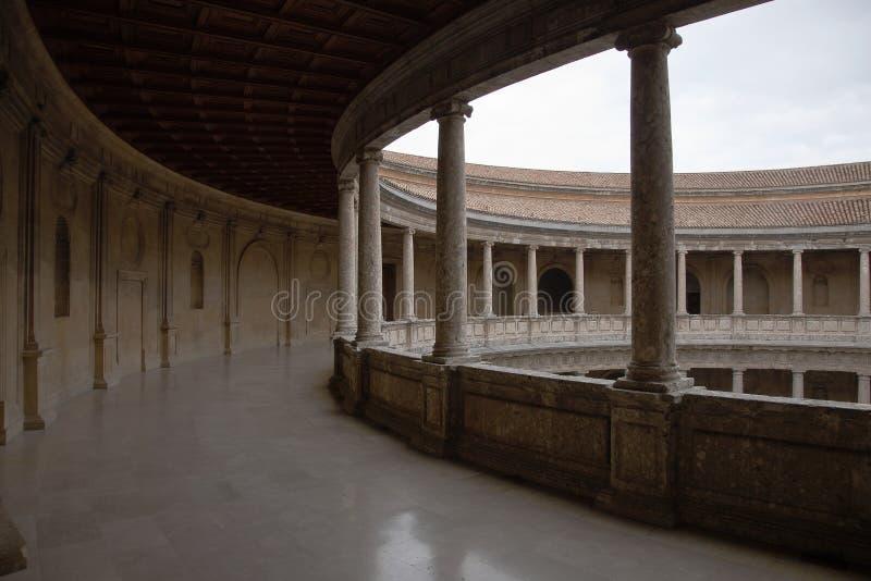 A galeria circular do palácio de Charles o quinto, Alhambra, Granada, Espanha fotografia de stock royalty free