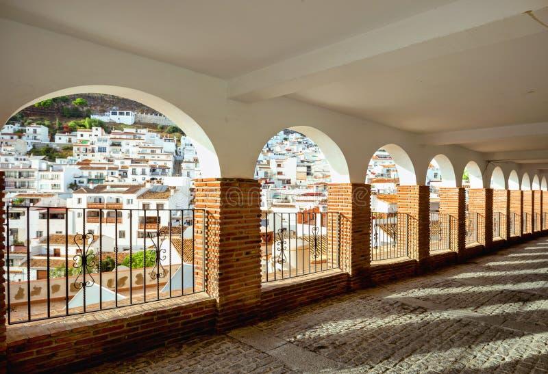 Galeria com os arcos das janelas e a vista da vila branca Mijas imagens de stock