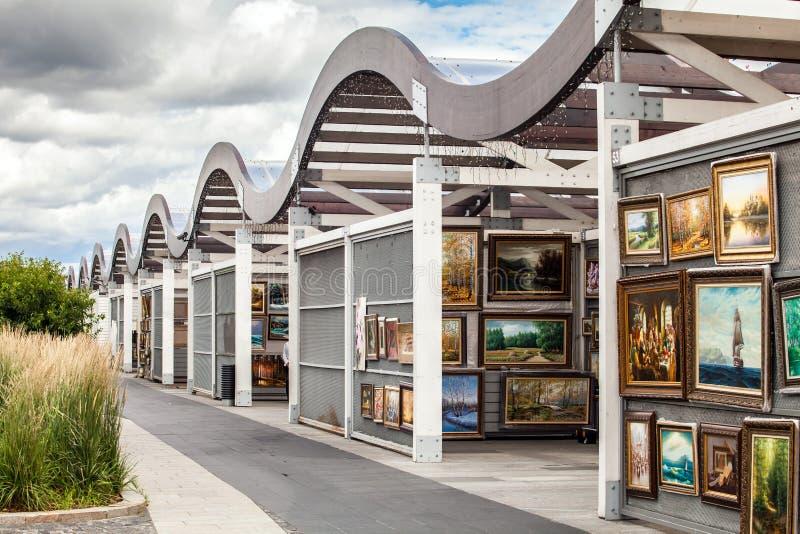 Galeria da pintura da lona em Moscou, Rússia Mercado da galeria de arte da rua de artistas do russo foto de stock