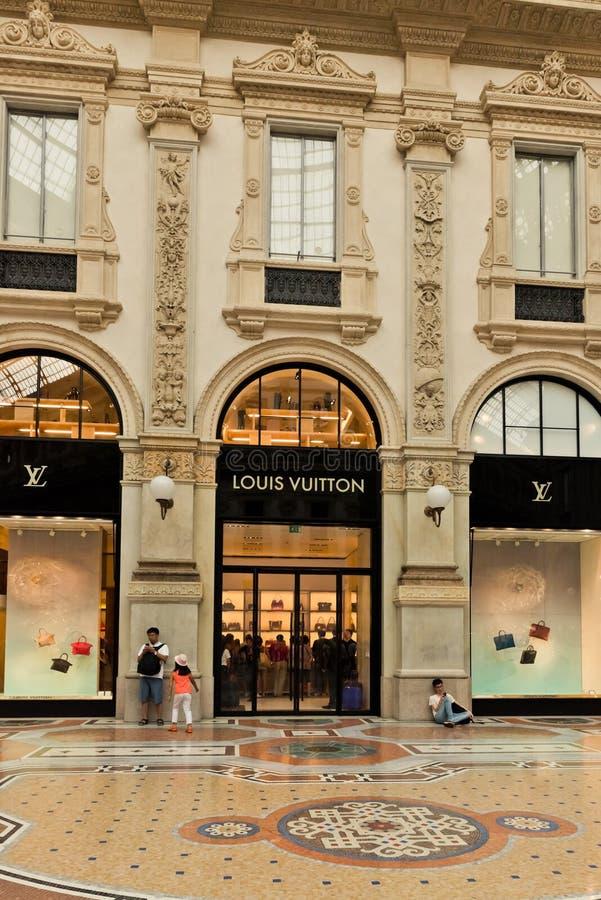 Galeria de arte da compra em Milão Galeria Vittorio Emanuele II, ele imagem de stock