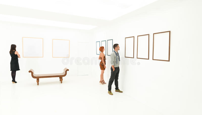 Galeria de arte de visita do grupo de pessoas fotografia de stock