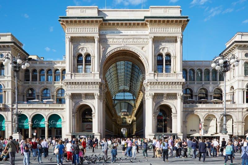 Galeria de Milan Vittorio Emanuele com os povos na luz solar imagem de stock royalty free
