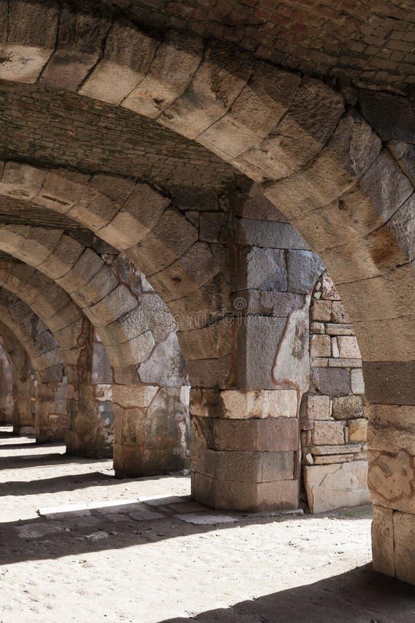 Galeria de pedra vazia com arcos e colunas fotografia de stock royalty free