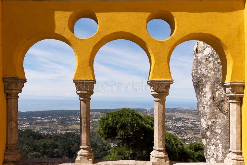 Galeria do palácio de Pena e vale nacionais de Sintra do terraço foto de stock