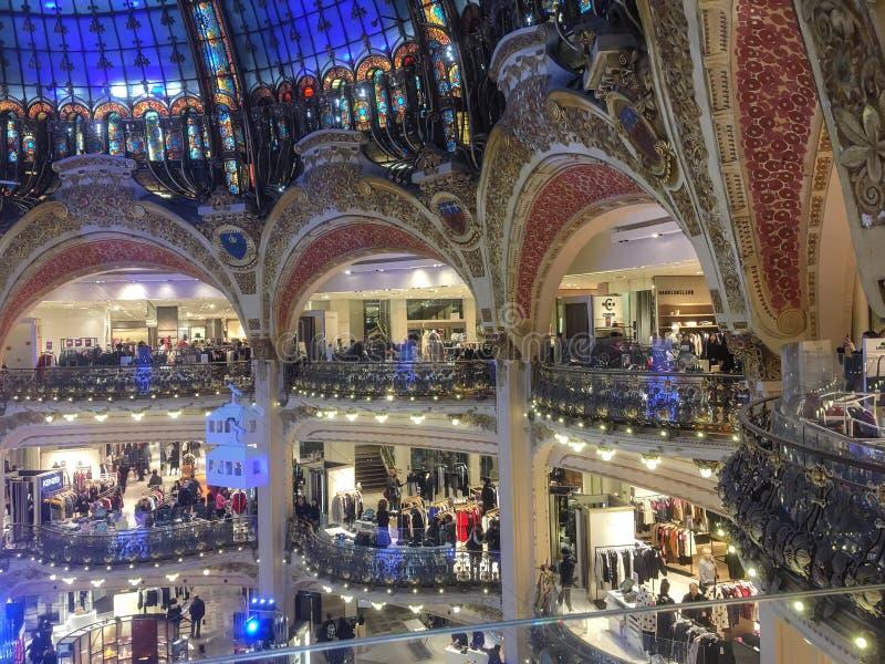 Galeria Lafayette kopuła przy Bożenarodzeniowymi wakacjami, Paryż, Francja zdjęcie royalty free