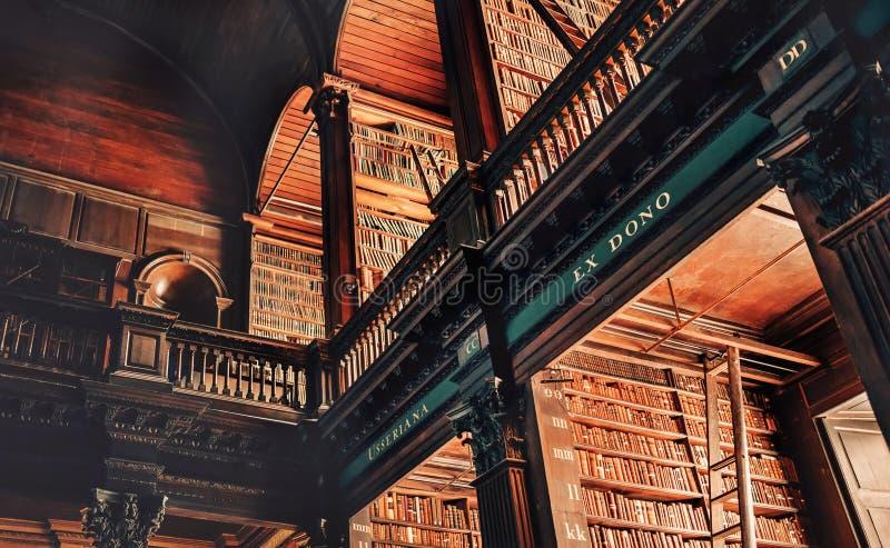 Galerie avec des chambres d'étagères dans la vieille bibliothèque, Trinity College, Dublin image libre de droits