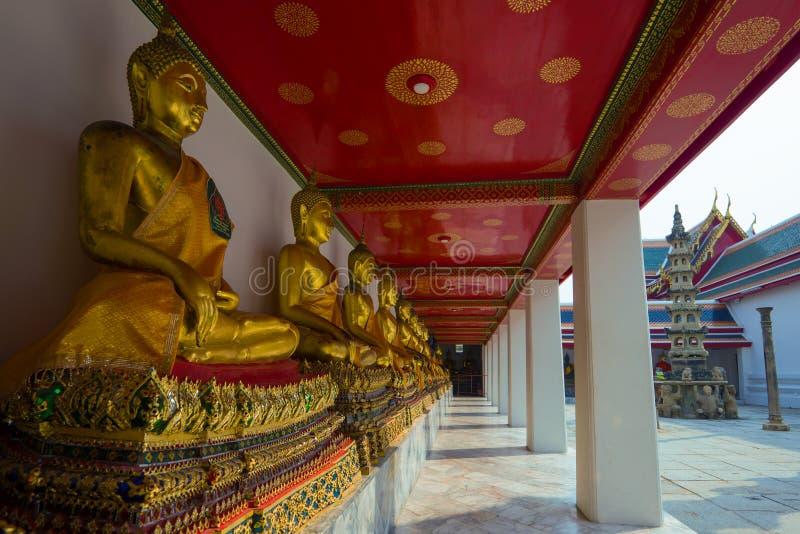 Galerie avec des sculptures d'un Bouddha bangkok image stock