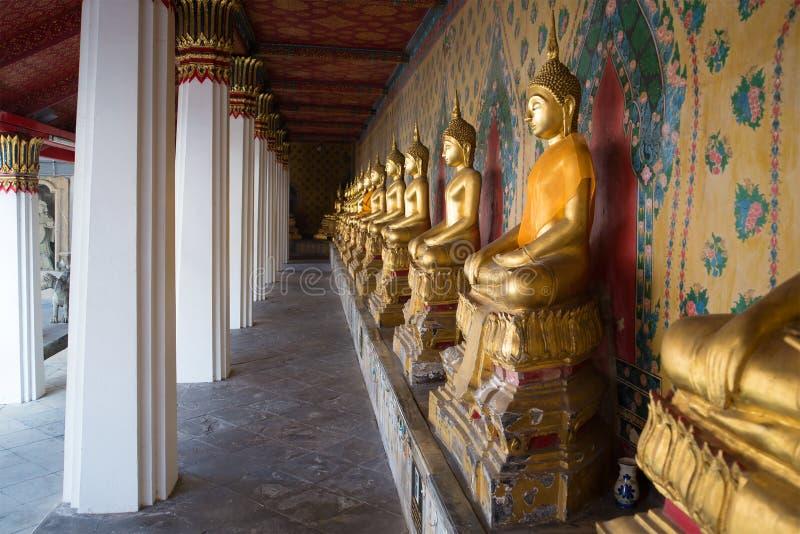 Galerie avec les sculptures antiques du Bouddha assis dans le temple bouddhiste Wat Arun Bangkok, Thaïlande photographie stock