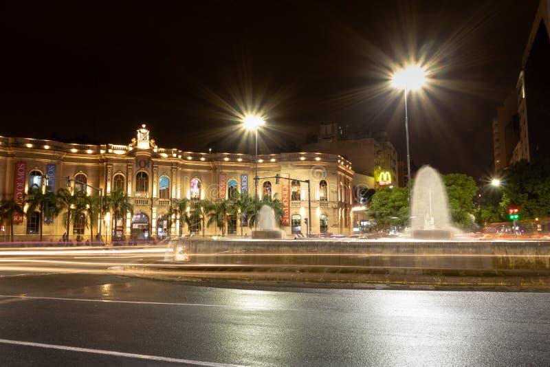 Galerie d'achats d'Olmos de patio la nuit - Cordoue, Argentine photo stock