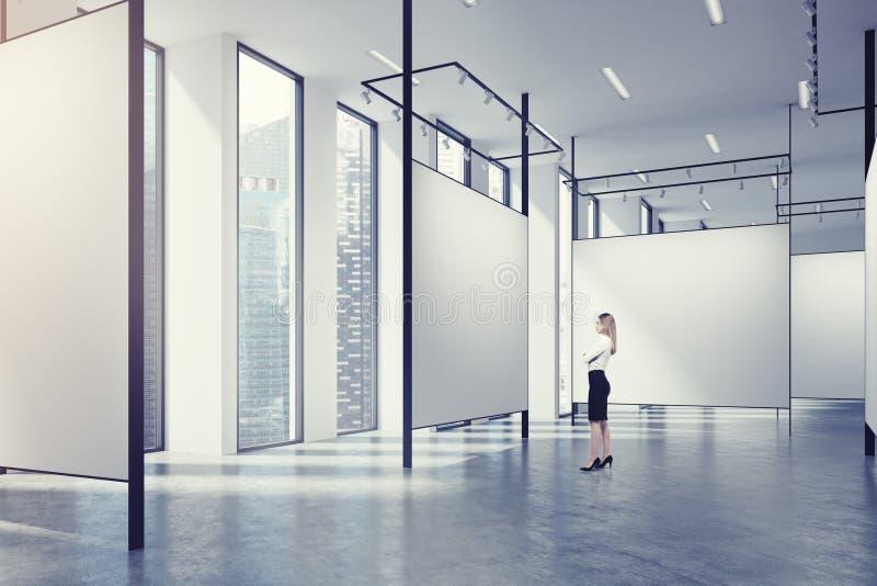 Galerie in einem Dachboden, Frau stock abbildung