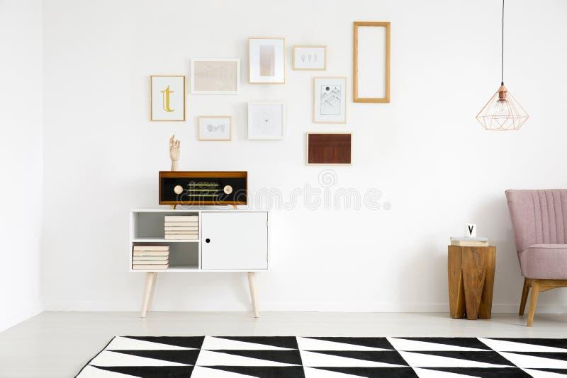 Galerie im Wohnzimmerinnenraum stockfotos