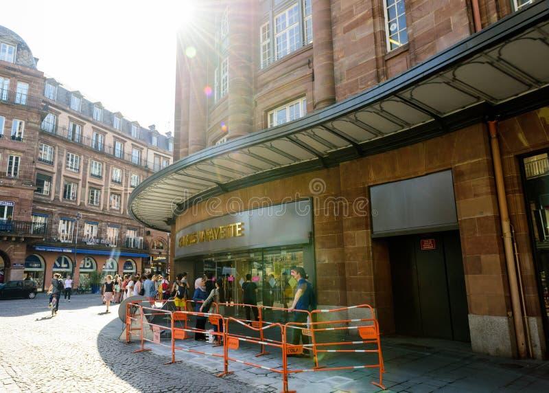Galerie Lfayette z kupującymi czeka swój otwartego fotografia royalty free