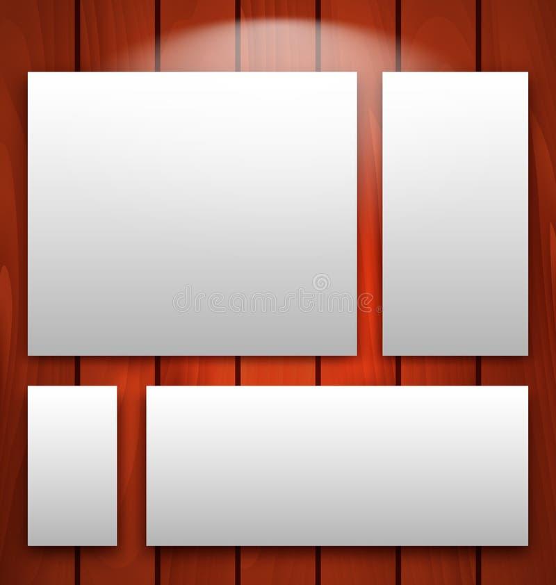 Galerieinnenraum mit leeren Rahmen auf hölzerner Wand mit Licht lizenzfreie abbildung