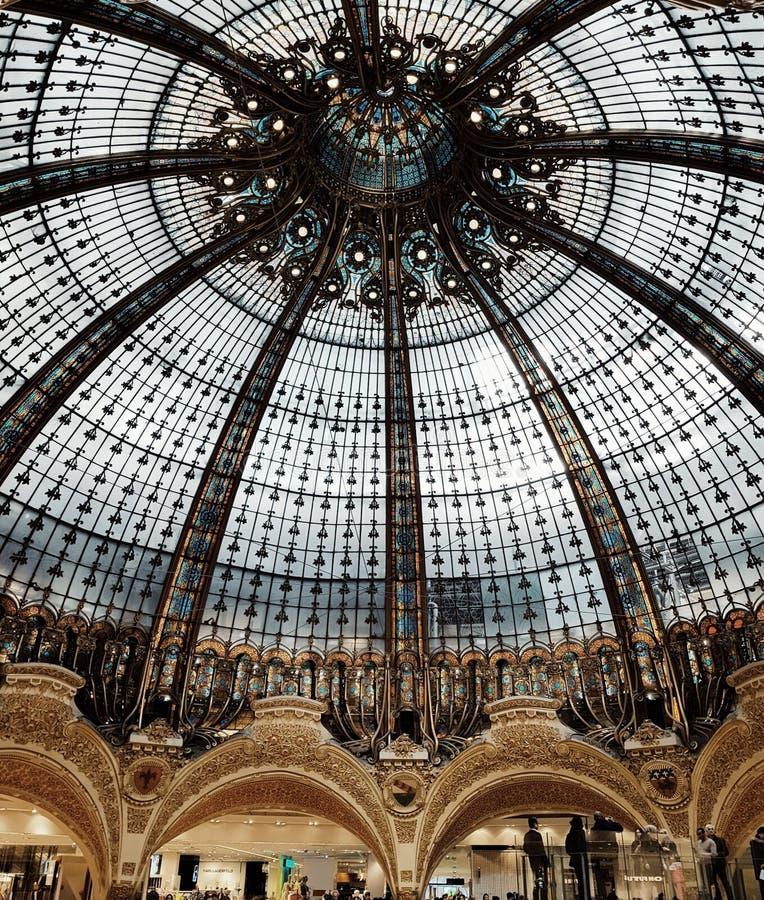 Galerielafayette&en x27; s-kupol, sikt av inredesignen i den största shoppinggallerian i Paris, Frankrike arkivbild