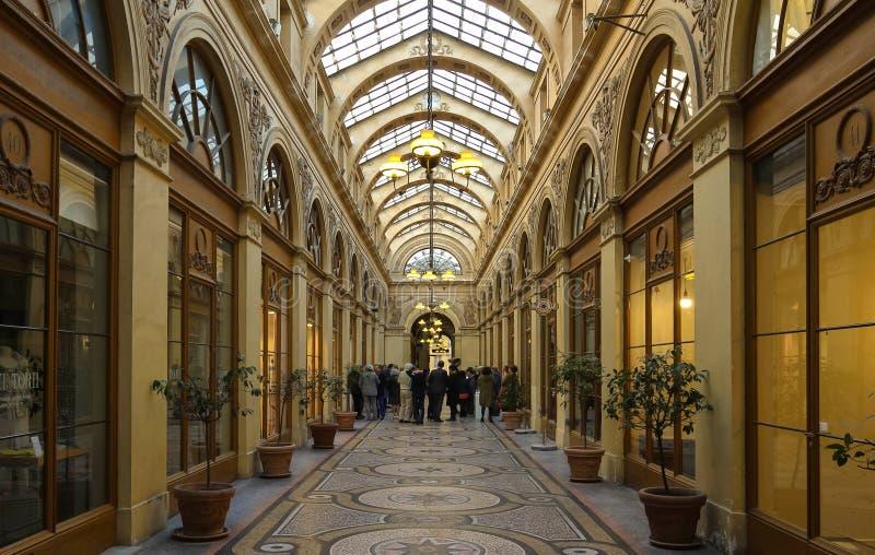 Galerien Vivienne är en historisk passage i Paris, Frankrike royaltyfria bilder