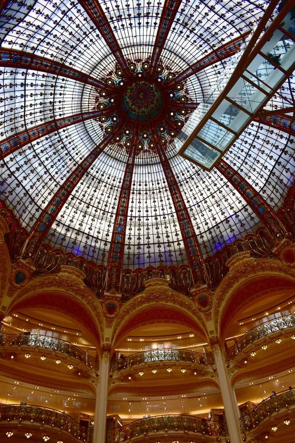 Galeries Lafayette Haussmann Interieur Glaskuppel in der Nähe Paris, Frankreich stockfotografie