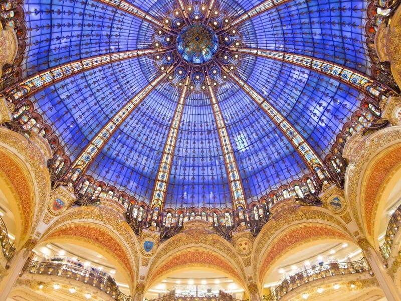Galeries Lafayette-Innenraum in Paris lizenzfreie stockbilder