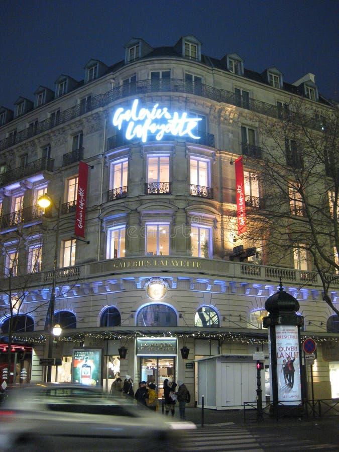 Galeries Lafayette se sont allumés autour du temps de Noël à Paris photos stock