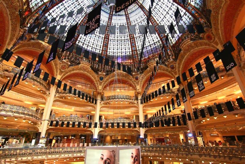 Galeries Lafayette sono una catena di grande magazzino francese popolare fotografia stock libera da diritti