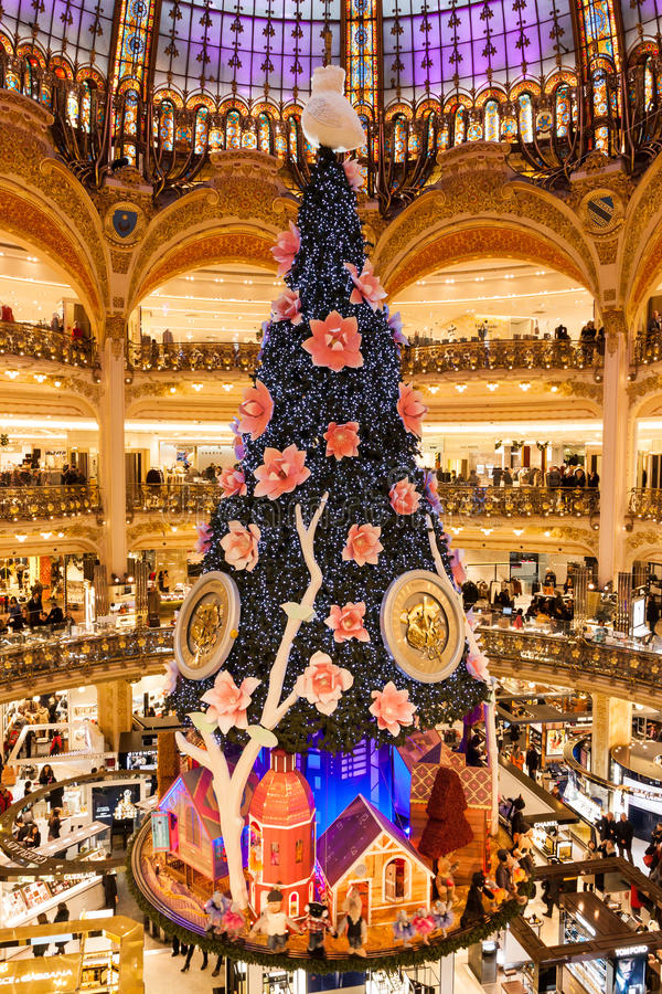 galeries lafayette am weihnachten in paris frankreich redaktionelles stockfotografie bild von. Black Bedroom Furniture Sets. Home Design Ideas