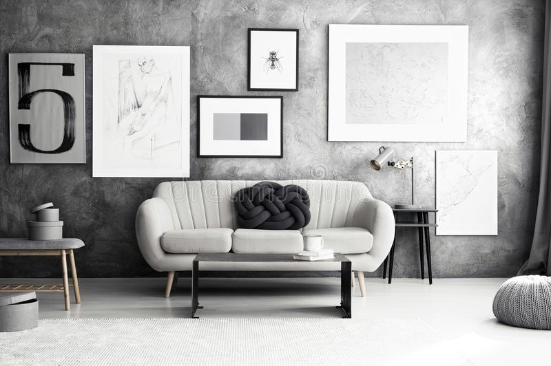Galerij in comfortabele woonkamer stock fotografie