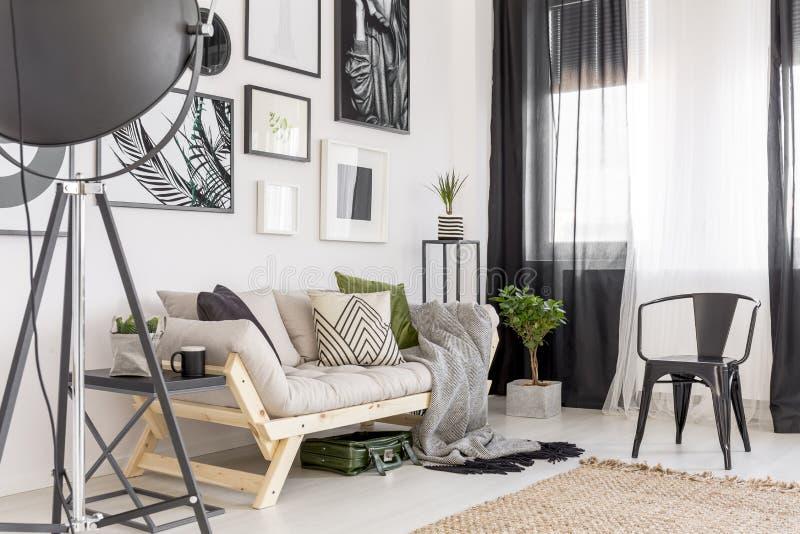 Galerij in comfortabele woonkamer royalty-vrije stock fotografie