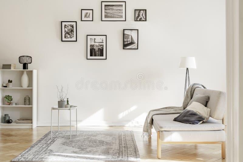 Galerij van zwart-witte affiches op de muur van elegant woonkamerbinnenland royalty-vrije stock afbeeldingen