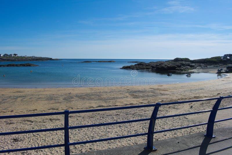 Gales norte, baía de Trearddhur Uma vista da passagem para fora ao mar foto de stock